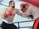 BRATR OŠTĚPAŘKY V RINGU. Boxerský novic Dalibor Špoták (vlevo) si s...