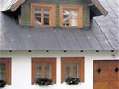 Dřevěné obložky na omítané stěně a chybějící parapet, hned dvě hrubé chyby v