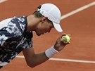Český tenista Tomáš Berdych se připravuje na podání v utkání 4. kola Roland...