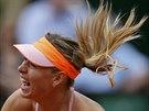Ruská tenistka Maria Šarapovová podává ve čtvrtfinále Roland Garros.