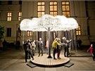 Světelná instalace Mrak využívá tisíce obyčejných domácích žárovek a lampičkové