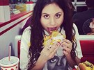 "Hamburger je obl�ben� ""rekvizita"". Britsk� zp�va�ka Eliza Doolittle se vyfotila..."