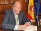Španělský král Juan Carlos I. podepisuje  abdikaci v paláci Zarzuela (2. června...