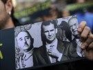 Mu� s plak�tem zobrazuj�c� portr�ty zleva dikt�tora Francisa Franka, korunn�ho...