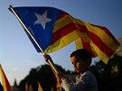 """Chlapec m�v� vlajkou """"estelada"""" b�hem protest� v Barcelon� volaj�c�ch za..."""