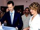 Autoritářský prezident Bašár Asad spolu se svou manželkou Asmou volí v...