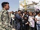 Libanonští vojáci a policisté kontrolují oblast, kde Syřané čekají na...
