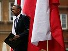 Americký prezident přichází na podium na Hradním náměstí ve Varšavě, aby...