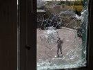 Separatistický bojovník stojí před základnou ukrajinské hraniční stráže, kterou...