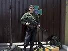 Proruští rebelové se zbraněni stojí před vstupem do základny ukrajinské...