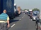 Nehoda tří kamionů zablokovala na osmém kilometru dálnici D11 směrem na Hradec...
