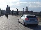 Auto se čtveřicí zahraničních turistů se projíždělo po Karlově mostě (31.5.2014)