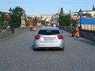 Auto se �tve�ic� zahrani�n�ch turist� se proj�d�lo po Karlov� most� (31.5.2014)