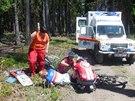 Cyklista upadl na řídítka tak nešťastně, že mu propíchla nohu. Vyndali je...