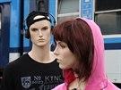 Figuríny se sluchátky při ukázce následků  střetu vlaku s člověkem na odstavném...