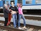 Příprava figurín na ukázku následků  střetu vlaku s člověkem na odstavném...