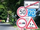 Malí dobrovolníci. Na lípy u silnice mezi Uherským Ostrohem a Moravským Pískem...