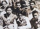 Chester Nez (v první řadě uprostřed) s dalšími indiánskými spojaři, snímek z