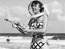 Bunny Yeagerov�, je�t� sama jako modelka, na miamsk�ch pl��ch v roce 1952