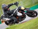 Na okruh patří i motorky kategorie supermoto.
