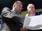 Šéf Baníku Ostrava Petr Šafarčík ukazuje ministrovi vnitra MIlanu Chovancovi,...
