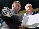 ��f Ban�ku Ostrava Petr �afar��k ukazuje ministrovi vnitra MIlanu Chovancovi,...