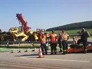 Z převráceného nákladního vozu spadl na dálnici D11 bagr a zablokoval provoz....