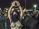 Brazilka protestuje v Rio de Janeiru proti vysokým nákladům na organizovaci...