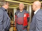 Reprezentační trenér Pavel Vrba (vlevo), jeho poradce Karel Brückner a...