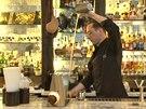 Příprava koktejlu Forever Young v baru Artesian v Londýně