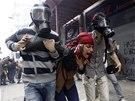 Protesty v centru Istanbulu. Policisté proti demonstrantům zasáhli slzným