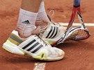 FRUSTRACE. Naštvaný Ernests Gulbis demoluje svoji raketu v osmifinále Roland