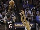 LeBron James z Miami st��l�, br�n� ho Tim Duncan ze San Antonia.