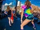 Cannabis Culture Music Festival v USA při němž dívka předvádí tanec twerk.
