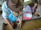 Z rýžování zlata si děti odnášejí odměnu - tři pozlacené kamínky.