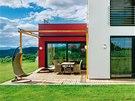 Příjemná terasa umístěná v zádveří domu je v teplém období roku obytným