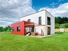 Část domu obložená červenými kompaktními deskami představuje jeho společenskou