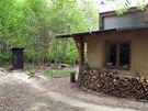 Vedle domečku stojí kompostovací kadibudka.