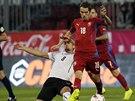 Rakouský fotbalista Stefan Ilsanker (vlevo)se snaží zastavit průnik Tomáše Hořavy.