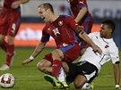 Rakouský fotbalista Valentino Lazaro (vpravo) fauluje Daniela Koláře.