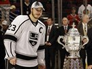 Dustin Brown (vlevo), kapitán Los Angeles Kings, pózuje s trofejí Clarence S....