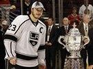 Dustin Brown (vlevo), kapit�n Los Angeles Kings, p�zuje s trofej� Clarence S....