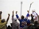Carl Hagelin a fanoušci New York Rangers slaví gól.