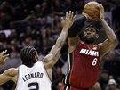 LeBron James (vpravo) z Miami střílí na koš San Antonia přes svého dvorního...