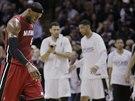 LeBron James z Miami odchází k time-outu s hlavou dole, v prvním finále NBA byl...
