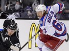 Carl Hagelin z NY Rangers a Dustin Brown z Los Angeles v souboji o puk.