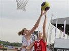 Česká reprezentantka Petra Reisingerová (vlevo) blokuje během čtvrtfinálového...
