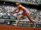 SOUSTŘEDĚNÍ. Ruská tenistka Maria Šarapovová vrací míček na Simonu Halepovou ve...