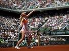 Maria Šarapovová servíruje ve finále Roland Garros.