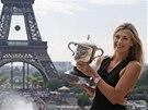 Tenistka Maria Šarapovová pózuje s trofejí pro vítězku Roland Garros před